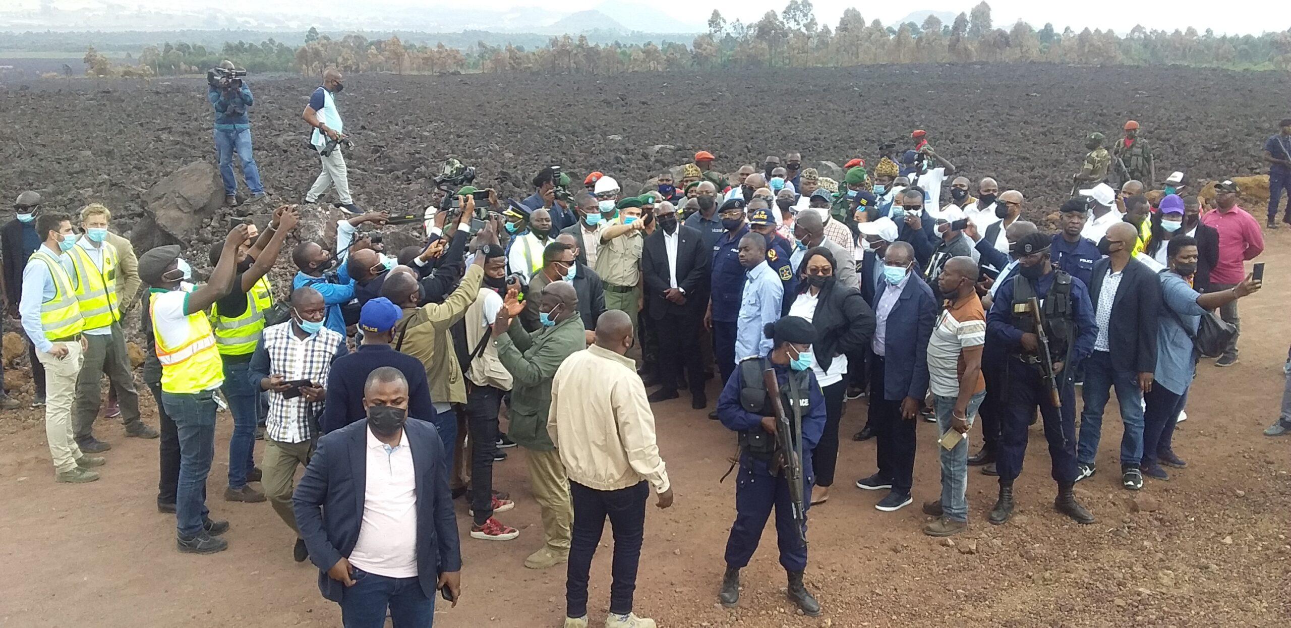 Éruption volcanique de Goma : Le premier ministre Sama LUKONDE met ses deux pieds dans la lave à Buhene.