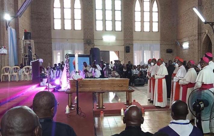 Réligion : Que dise le droit canon (constitution de l'église catholique) sur l'enterrement des évêques catholiques dans ou aux alentours de leurs  cathédrales.