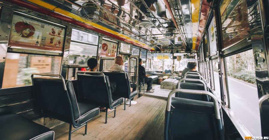 Красные автобусы в Бангкоке с открытыми окнами и деревянным полом