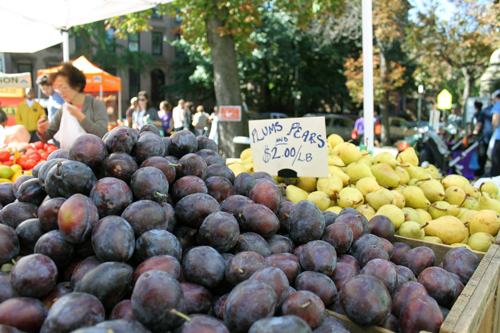 plums-at-farmers-market
