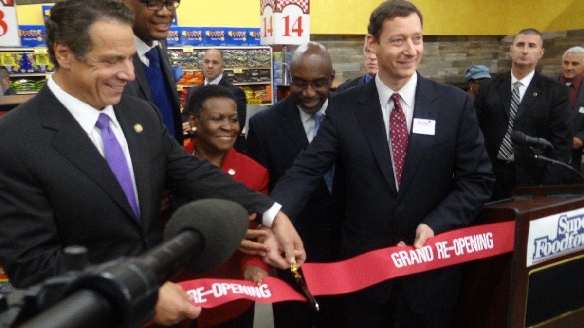 Foodtown Bed-Stuy Owner Noah Katz (center) holds ribbon-cutting for store's grand reopening with (l to r) Gov. Andrew Cuomo, City Councilmember Robert Cornegy, State Assemblywoman Annette Robinson and Restoration President Colvin Grannum