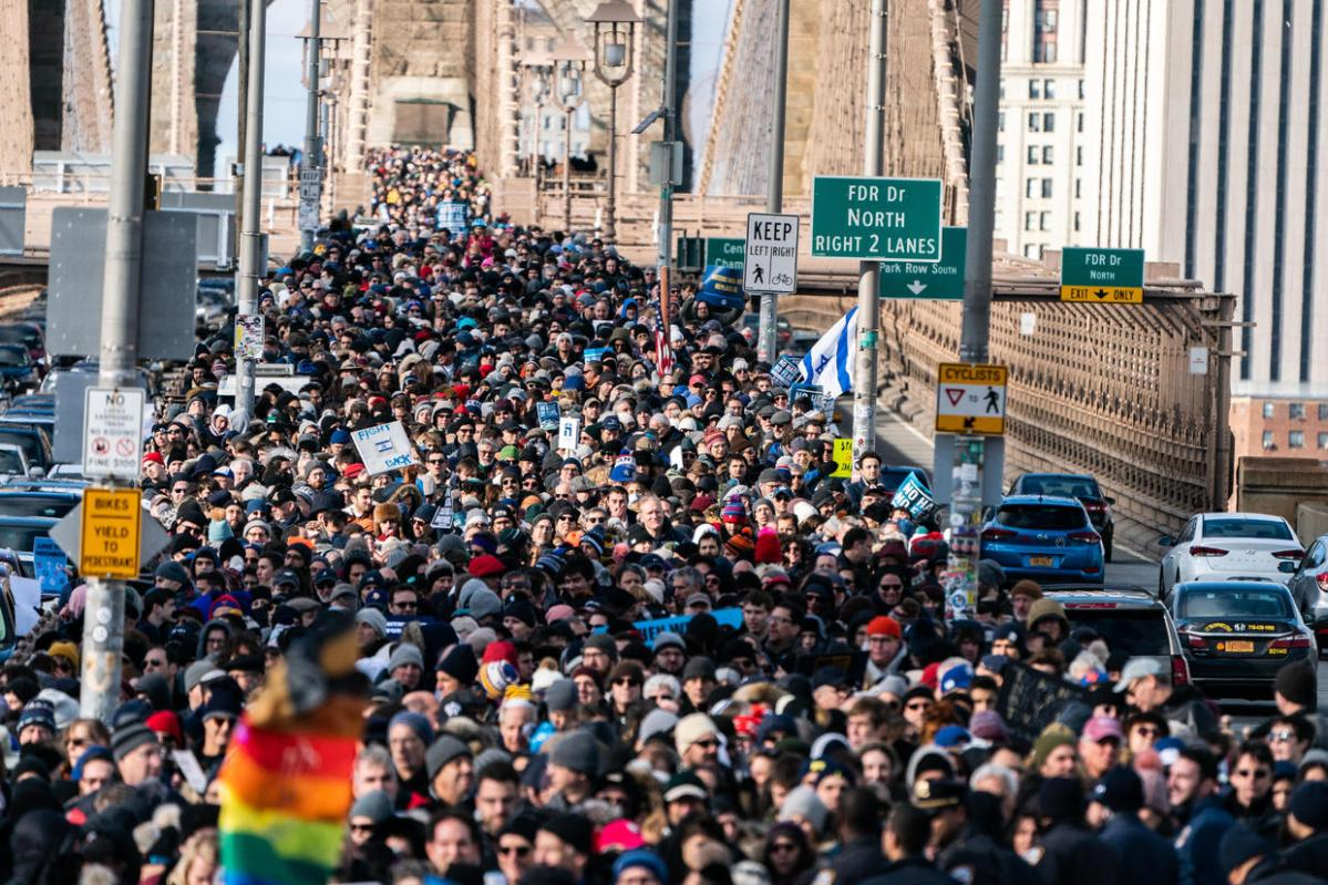 Thousands march across Brooklyn Bridge in support of Jewish community