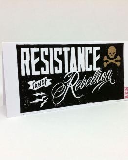 Carte postale artisanale imprimée en linogravure, avec un message de résistance et rébellion.