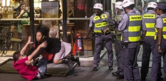 Police assault a couple on Avenida Paulista in São Paulo