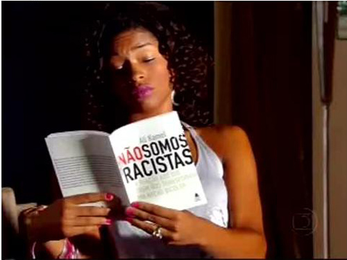 "Character portrayed by actress Juliana Alves in the novela ""Duas Caras"" reading the Kamel book ""Não somos racistas"""