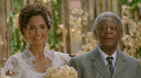 """Camila Pitanga and Milton Gonçalves in wedding scene of """"Lado a Lado"""""""