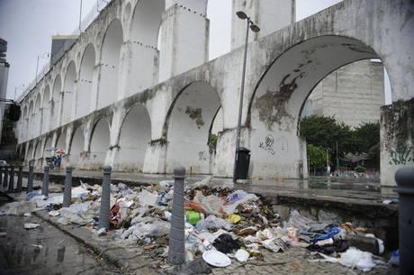 Trash mounts in Rio during gari's strike