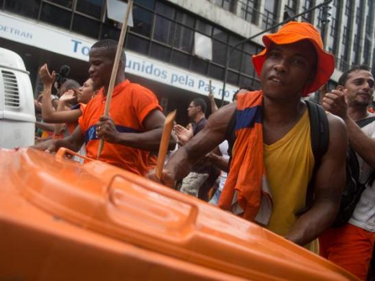 Sanitation workers parodied a Carnaval procession during their week long strike