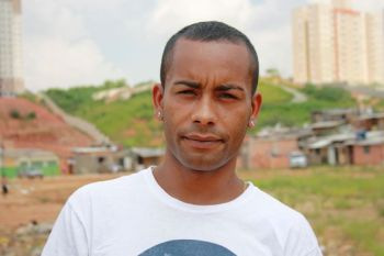 Robson in the community where he lives in Carapicuíba (SP)
