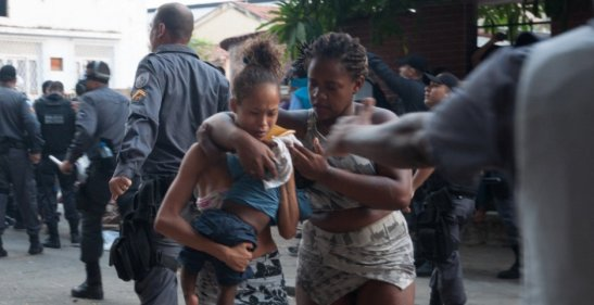 fogem com criança durante a desocupação feita pela Polícia Militar