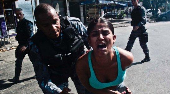 Morador é retirado de prédio por policiais militares que começaram 3