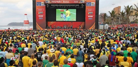 The large television known as the telão in São Paulo attracts a much more diverse crowd