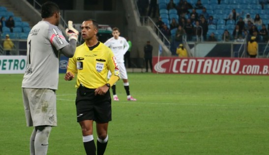 Aranha complains to referee after being target of racist insults and gestures