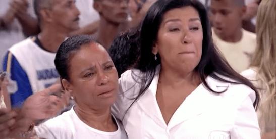 Maria de Fátima da Silva with host Regina Casé during broadcast of special tribute to her son