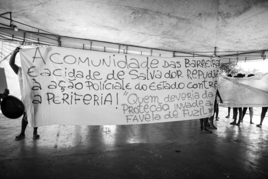 """Sign: """"TRhe community of Barreiras and the city of Salvador repudiate the police action and of the state against the periphery; those who should give protection invades the favela with assault rifles"""""""