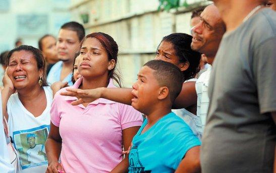 Seis das 12 pessoas que morreram na ação da Rondesp foram enterradas na tarde de ontem no cemitério das Quintas dos Lázaros, em Salvador