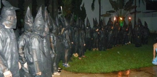 Medical students at Unesp in Botucatu welcome freshman in costumes similar to the KKK