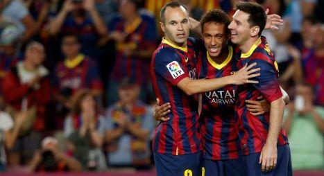 Neymar between his Barcelona teammates