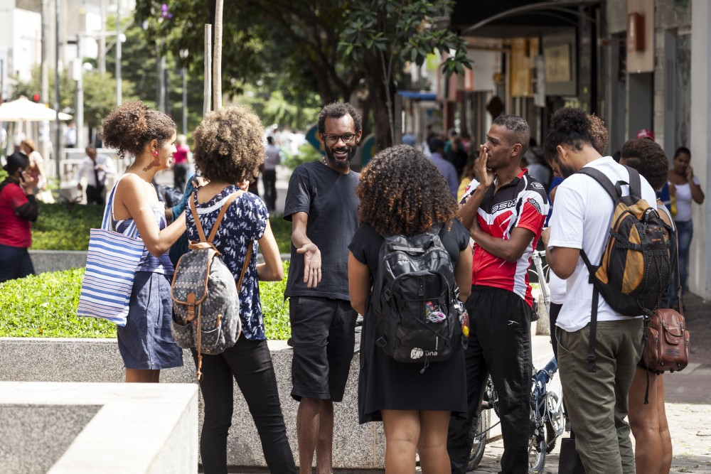 Reconhecimento pela arte - Rolezinho na praça da Savassi, em BH - diretor Alexandre de Sena (de preto, ao centro, de frente) leva performance para o 16º Festival de Cenas Curtas Galpão Cine Horto