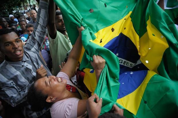 Foram levados cartazes de protesto e uma bandeira do Brasil furada, representando os 50 tiros pelos quais o carro dos rapazes foi alvejado