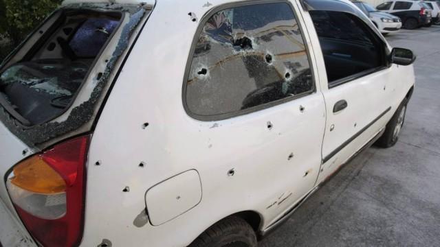 PMs são presos após assassinato de cinco jovens no Complexo da Pedreira (carro)