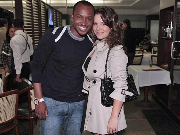 Thiaguinho ao lado da namorada Fernanda Sousa