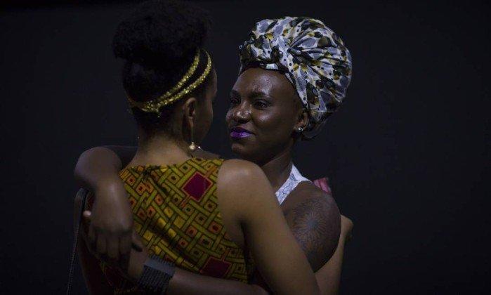 Mulheres se cumprimentam - representatividade nas heroínas do cinema - Edilson Dantas