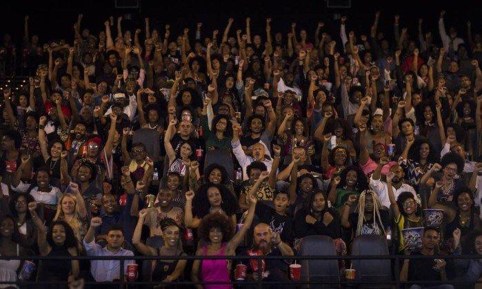 Público repete gesto eternizado pelo Partido dos Panteras Negras, que surgiu nos anos 1960 e combatia a discriminação - Edilson Dantas