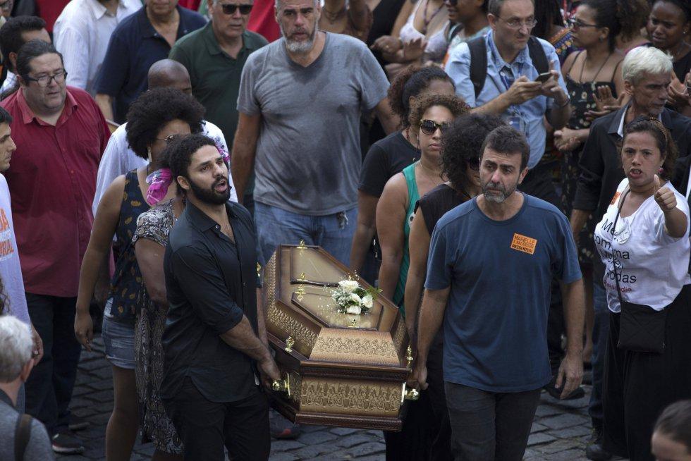 O corpo de Marielle Franco é carregado por familiares e amigos, entre eles o ex-deputado Marcelo Freixo (PSOL) Correa - Copy