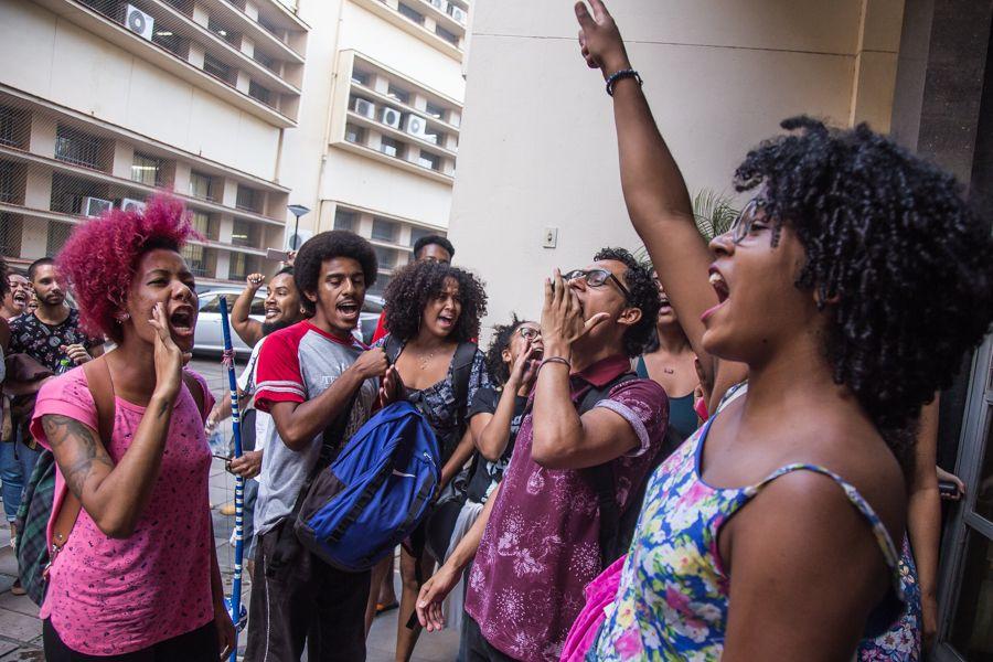 Protesto na porta da Reitoria antecedeu a ocupação do prédio