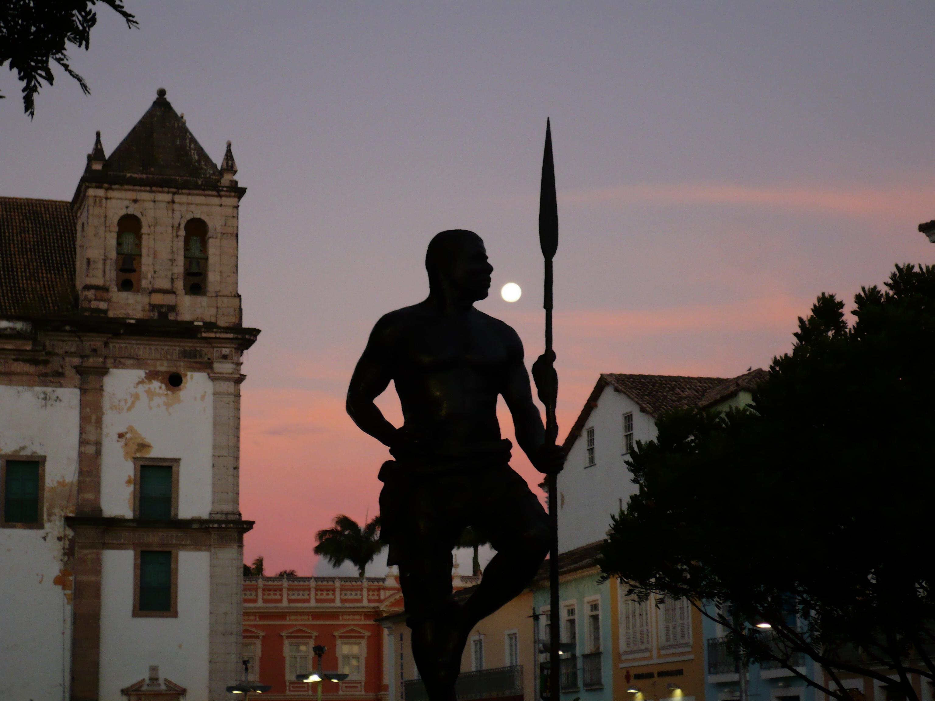 Escultura em bronze de Zumbi dos Palmares, herói da resistência negra contra a escravidão brasileira, instalada na Praça de Sé, em Salvador-BA