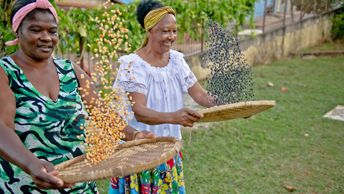 A dança com sementes foi criada por mulheres como Ivone e Leide, que participam do grupo de roça da comunidade. Foto - William Gomes
