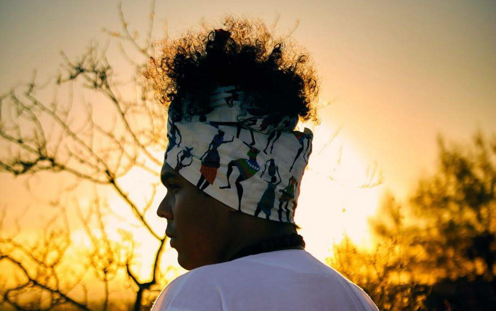 A estética africana não esteve presente antes na vida do professor Maurício Souza Neto, que hoje desfila com turbantes, batas, contas e pulseiras