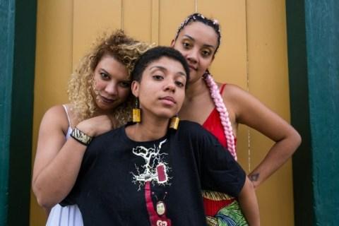Jéssica Queiroz (de branco), Barbara Maria (de preto) e Ana Julia (de vermelho) fazem parte de uma nova geração de cineastas mulheres e negras