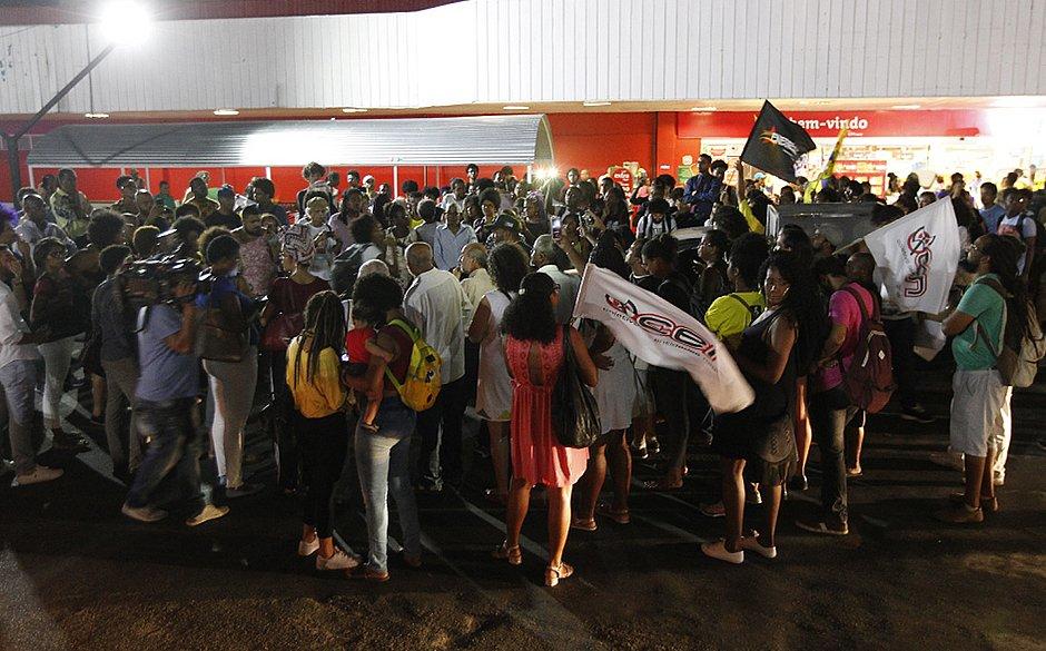 Em Salvador, grupo protesta no Extra contra morte de jovem no Rio