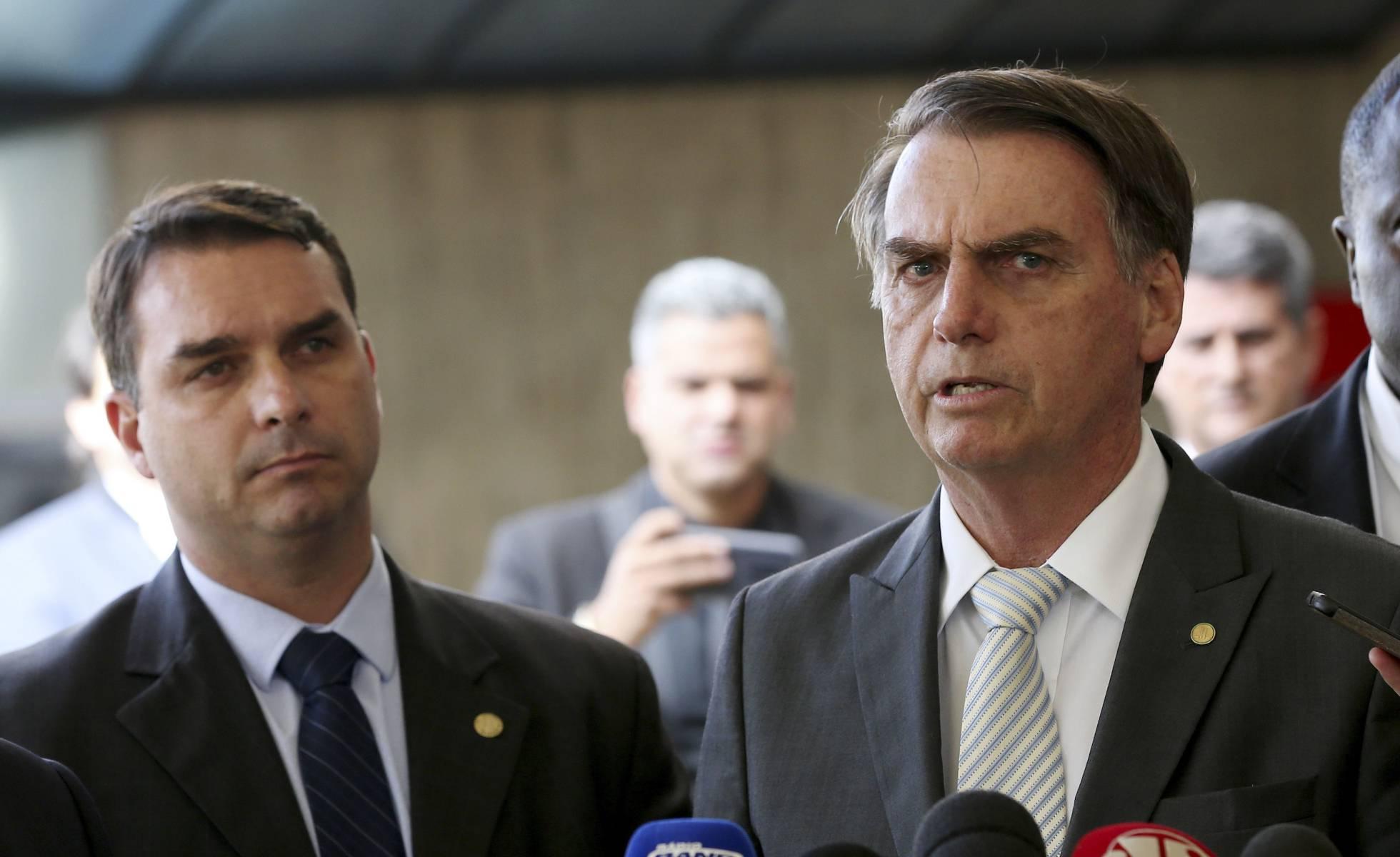 Flávio Bolsonaro ao lado do pai Jair