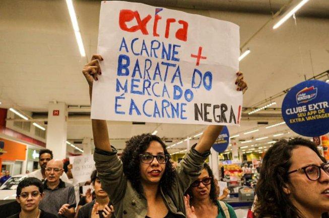 Manifestantes se reúnem em BH em repúdio ao assassinato de jovem negro no Extra