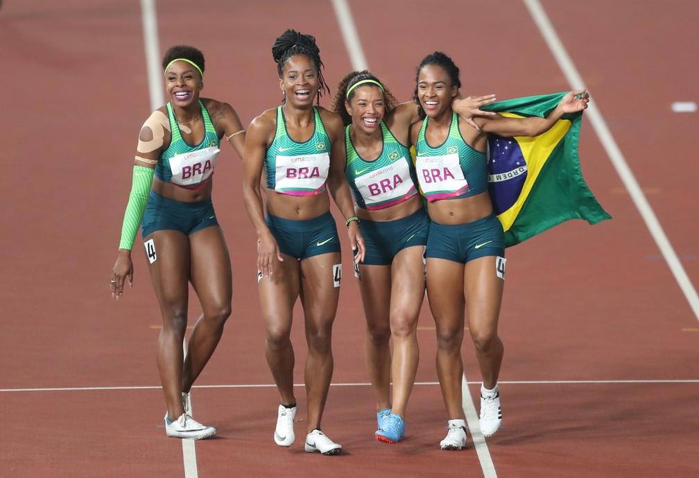 Revezamento 4x100m feminino do Brasil comemorando o ouro em Lima