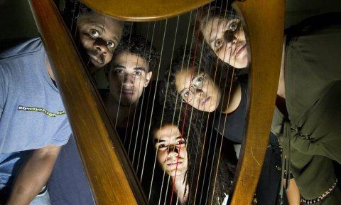 A professora Andrea Adour com alunos na Escola Nacional de Música