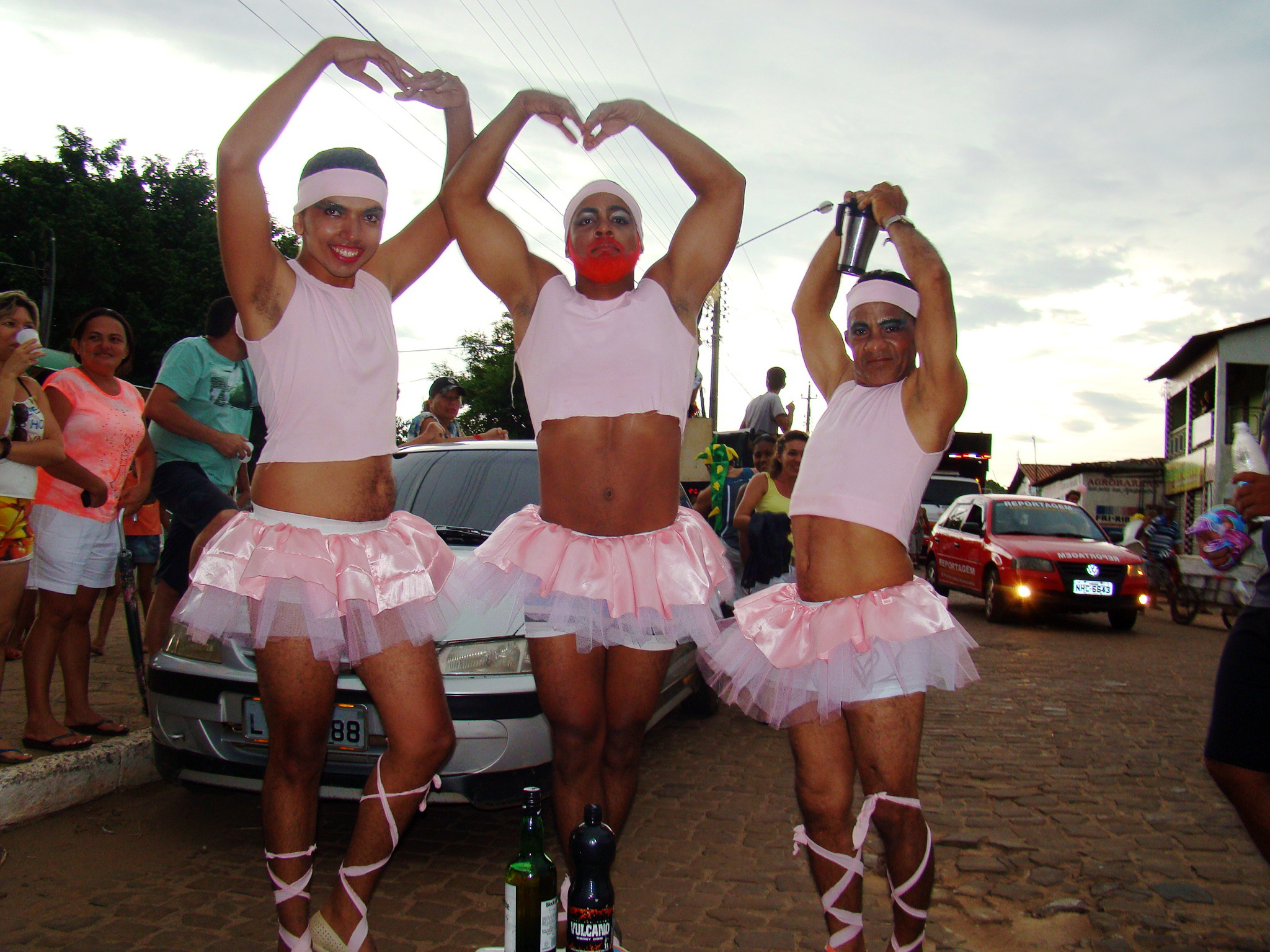 10 mil homens vestidos de mulher desfilam em bloco na cidade de Barras - Piauí