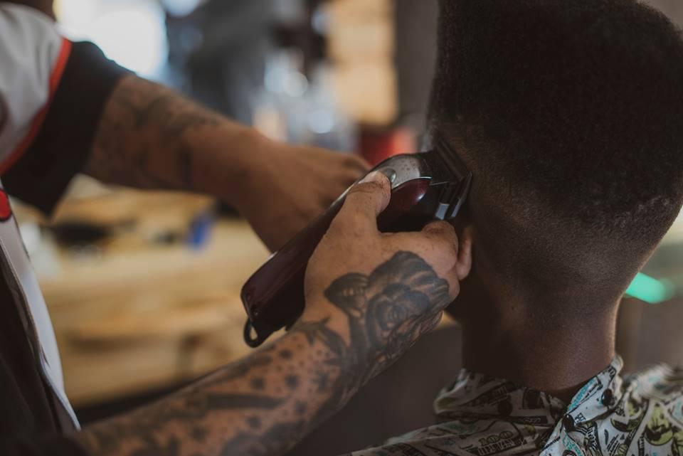 Brasília (DF), 11/07/2019 Mateus Kili trabalha em um estúdio na Ceilândia e viralizou nas redes com cortes cheios de estilo, os chamados Flat Tops Foto: Raimundo Sampaio/Esp. Metrópoles