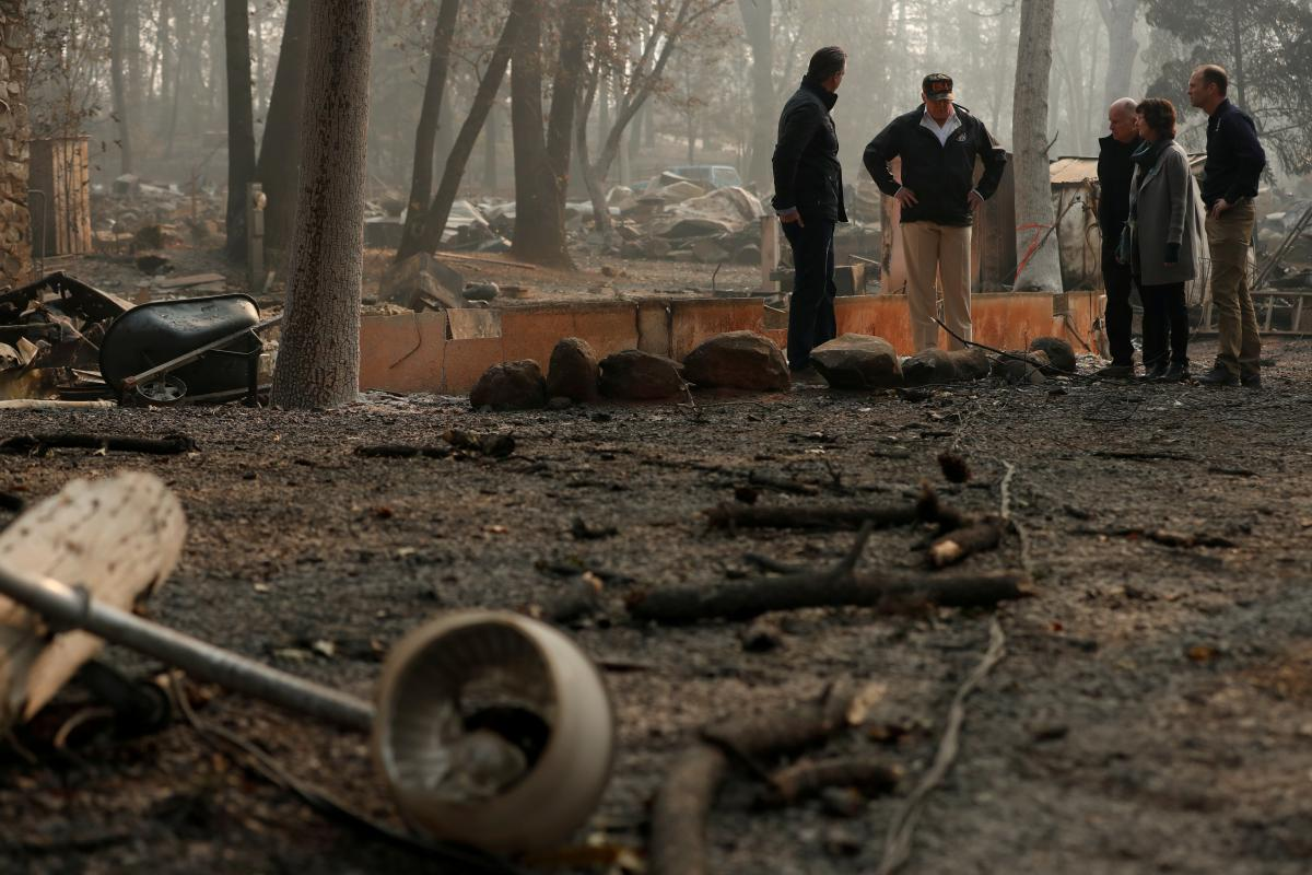 U.S. President Donald Trump visits the charred wreckage of Skyway Villa Mobile Home and RV Park with Governor-elect Gavin Newsom (L), Brock Long (R), Paradise Mayor Jody Jones (2nd R) and Governor Jerry Brown in Paradise, California, U.S., November 17, 2018. REUTERS/Leah Millis
