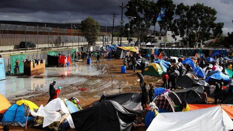 Migrants in Tijuana encamped by the wall marking the border with the United States  (ANSA)