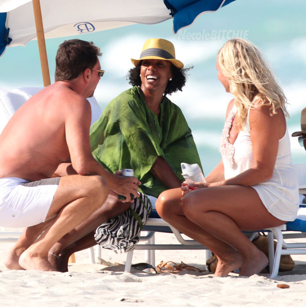 Kelly-Rowland-mingling-on-Miami-Beach