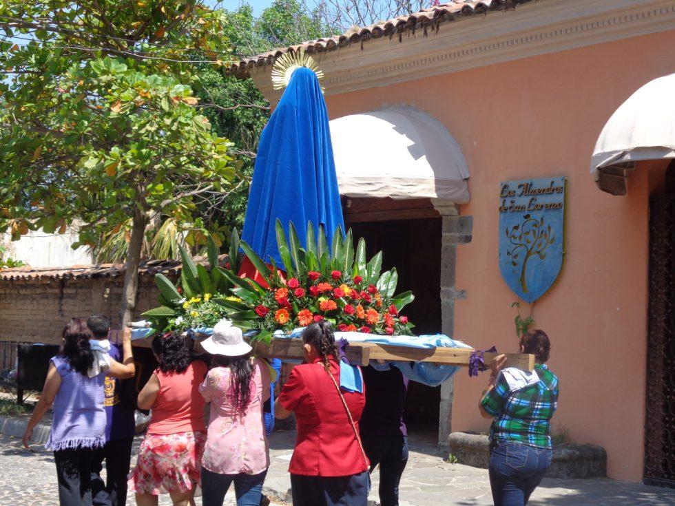 El Salvador-santa-festival
