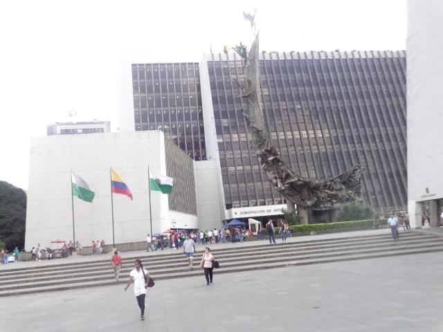 medellin-parque-statue