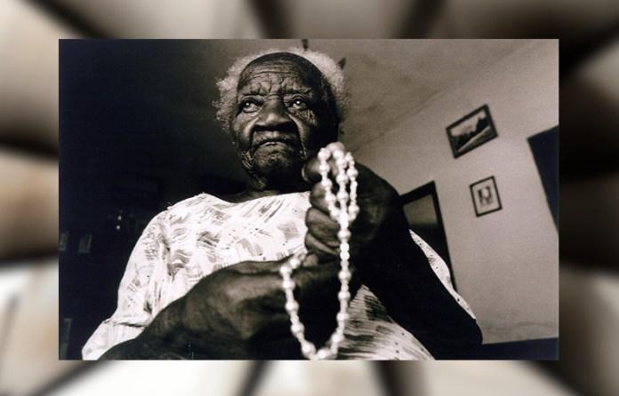 Maria do Carmo Jeronimo holding beads