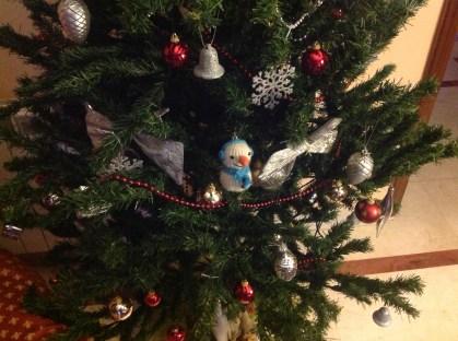 Muñeco de nieve en el árbol de Navidad