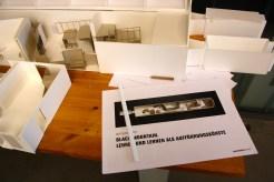 Ausschnitt des Architekturmodells von raumlaborberlin sowie Unterlagen zur Ausstellungskonzeption.