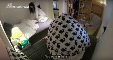 Lisa-puts-blanket-in